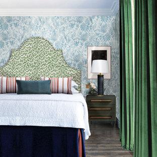 Idéer för ett klassiskt sovrum, med blå väggar, mörkt trägolv och brunt golv
