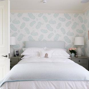 Пример оригинального дизайна: маленькая спальня в стиле современная классика с разноцветными стенами