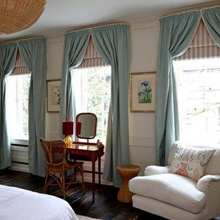 Foto di una piccola camera matrimoniale chic con pareti bianche, pavimento in legno verniciato, camino classico, cornice del camino in pietra e pavimento marrone