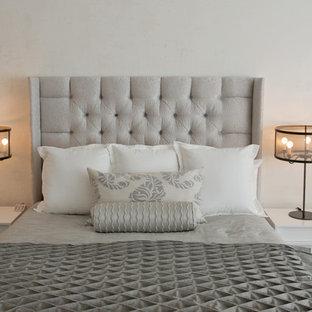 Imagen de dormitorio principal, contemporáneo, de tamaño medio, con suelo de mármol y paredes blancas