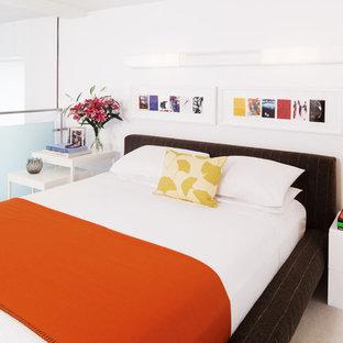 Inspiration för moderna sovloft, med vita väggar och heltäckningsmatta