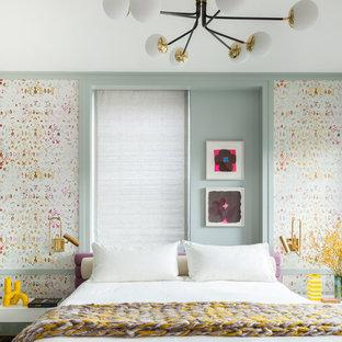 Idee per una camera degli ospiti design di medie dimensioni con nessun camino, pareti multicolore, parquet scuro e pavimento marrone