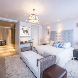 На фото: хозяйская спальня в стиле современная классика с светлым паркетным полом без камина