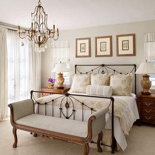 Immagine di una camera matrimoniale chic con pareti beige e moquette