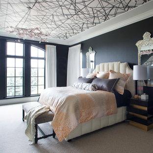 Idee per una camera da letto bohémian con pareti nere, moquette e pavimento beige