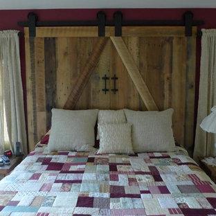 Ispirazione per una camera matrimoniale stile rurale di medie dimensioni con pareti rosse e moquette