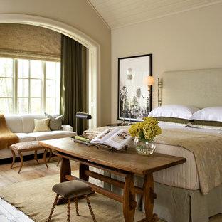 Esempio di una grande camera matrimoniale classica con pareti beige e pavimento in legno massello medio