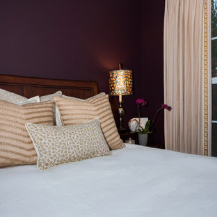 Foto de habitación de invitados clásica renovada, pequeña, sin chimenea, con paredes púrpuras y suelo de madera en tonos medios
