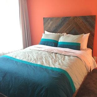 Ejemplo de dormitorio principal, rústico, pequeño, con parades naranjas y moqueta