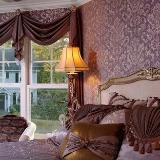 Idee per una camera matrimoniale tradizionale con pareti viola, moquette, camino classico, cornice del camino in legno e pavimento beige
