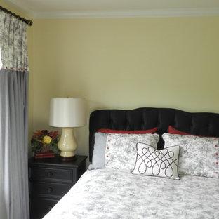 Idéer för att renovera ett mellanstort vintage gästrum, med gula väggar och heltäckningsmatta