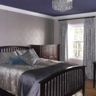 Стильный дизайн: большая хозяйская спальня в современном стиле с фиолетовыми стенами и светлым паркетным полом - последний тренд