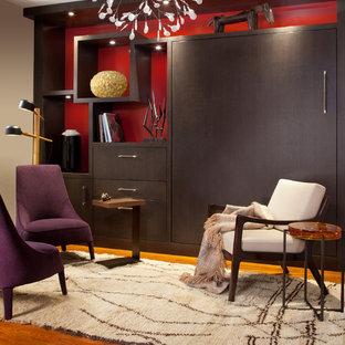 Idéer för små funkis huvudsovrum, med röda väggar och mellanmörkt trägolv