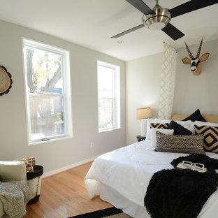 Imagen de dormitorio principal, contemporáneo, pequeño, con paredes negras, suelo de bambú y suelo amarillo