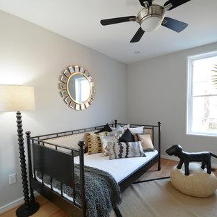 Foto de habitación de invitados actual, pequeña, con paredes negras, suelo de bambú y suelo amarillo