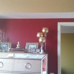 Imagen de dormitorio principal, mediterráneo, pequeño, con paredes rojas