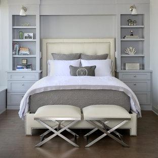 シカゴの小さいトランジショナルスタイルのおしゃれな主寝室 (グレーの壁、コルクフローリング、暖炉なし) のレイアウト