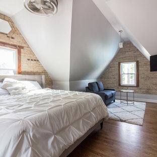 Стильный дизайн: хозяйская спальня в стиле современная классика с серыми стенами, паркетным полом среднего тона, подвесным камином и коричневым полом - последний тренд