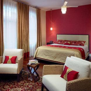 Idéer för ett stort klassiskt huvudsovrum, med röda väggar och mörkt trägolv
