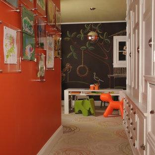 Mittelgroßes Klassisches Schlafzimmer ohne Kamin mit schwarzer Wandfarbe und Teppichboden in New York