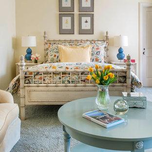 Immagine di una camera da letto classica con pareti beige, moquette e pavimento blu