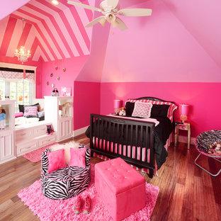 Imagen de dormitorio tradicional, de tamaño medio, sin chimenea, con paredes rosas y suelo de madera en tonos medios