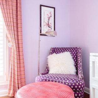 Diseño de dormitorio bohemio, pequeño, con paredes púrpuras y suelo de madera en tonos medios