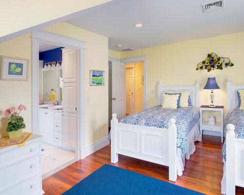 Camera degli ospiti classica con pareti gialle foto e for Idee per le stanze degli ospiti