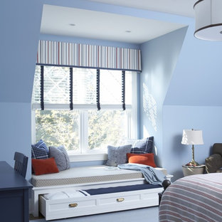 Diseño de habitación de invitados clásica, grande, sin chimenea, con paredes azules, moqueta y suelo azul