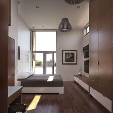 Modern Bedroom by Randy Bens, Architect AIBC