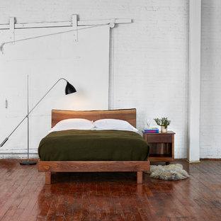 Imagen de dormitorio tipo loft, nórdico, de tamaño medio, con paredes blancas, suelo de madera oscura y suelo marrón