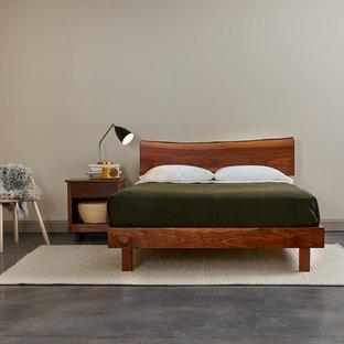 Foto de dormitorio principal, escandinavo, de tamaño medio, con paredes beige, suelo de cemento y suelo gris
