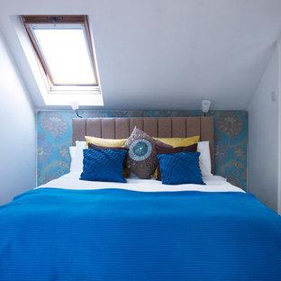 Idee per una piccola camera da letto design con pareti multicolore