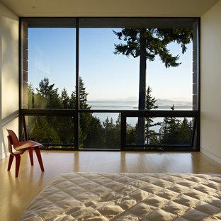 Modernes Schlafzimmer mit Bambusparkett und weißer Wandfarbe in Seattle