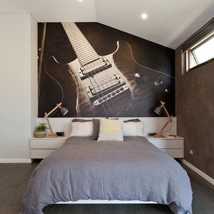На фото: спальня в скандинавском стиле с серыми стенами и деревянным полом с