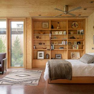 Inspiration pour une chambre parentale design en bois avec béton au sol, un mur marron, un sol marron et un plafond en bois.
