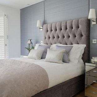 Ispirazione per una camera padronale tradizionale di medie dimensioni con pareti grigie, pavimento in legno massello medio, nessun camino e pavimento marrone