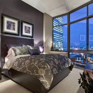 Immagine di una camera da letto minimal con pareti viola e moquette