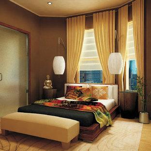 Exemple d'une chambre asiatique avec un mur marron.