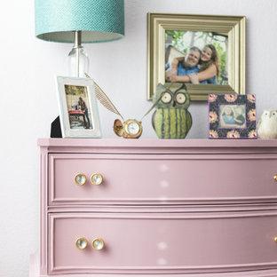 Imagen de dormitorio romántico, pequeño, con paredes púrpuras y moqueta