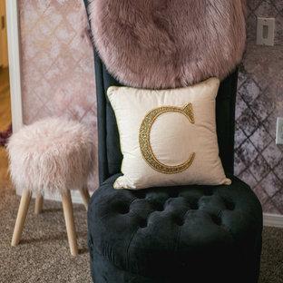 デンバーの小さいシャビーシック調のおしゃれな寝室 (紫の壁、カーペット敷き) のレイアウト