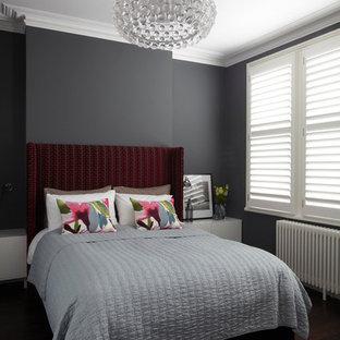 Modern inredning av ett sovrum, med grå väggar