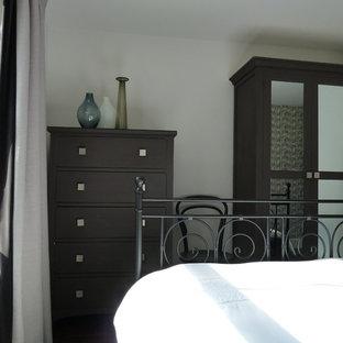Modelo de dormitorio actual, pequeño, con paredes blancas