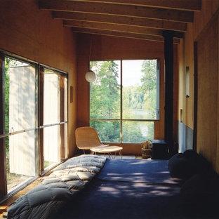 Ejemplo de dormitorio tipo loft, minimalista, pequeño, con suelo de contrachapado