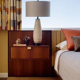 Imagen de dormitorio principal, vintage, de tamaño medio, sin chimenea, con suelo de madera oscura y paredes amarillas