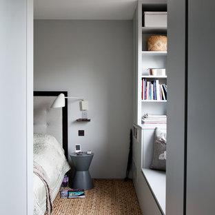 Imagen de dormitorio minimalista con paredes grises