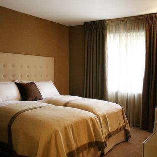 Immagine di una camera degli ospiti design di medie dimensioni con pareti marroni e moquette