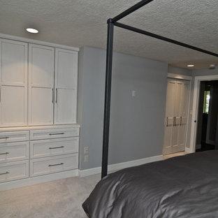 Foto de dormitorio principal, tradicional, de tamaño medio, sin chimenea, con paredes azules y moqueta