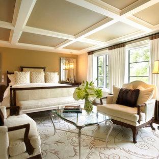 Стильный дизайн: большая хозяйская спальня в классическом стиле с коричневыми стенами и паркетным полом среднего тона - последний тренд