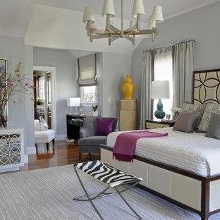 Diseño de dormitorio principal, clásico renovado, grande, sin chimenea, con paredes grises y suelo de madera oscura